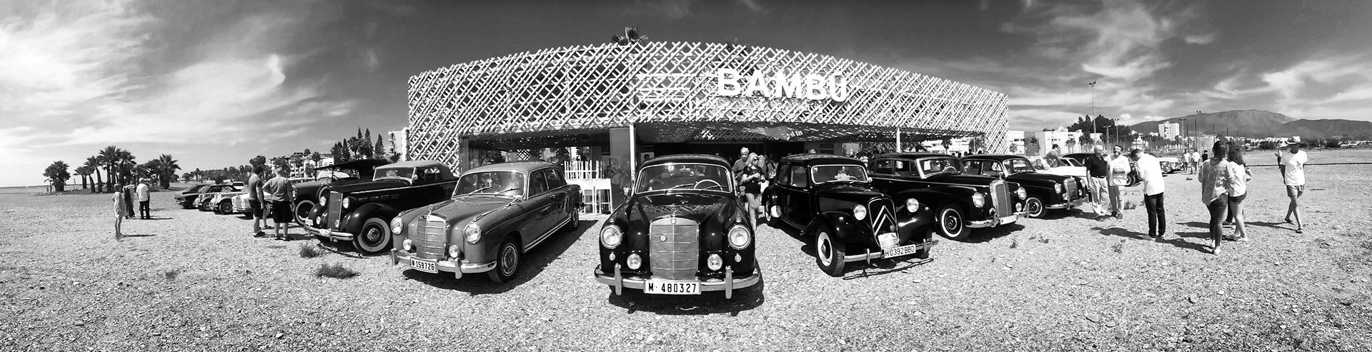 Panoramica de coches antiguos aparcados en el chiringuito Bambú de Motril