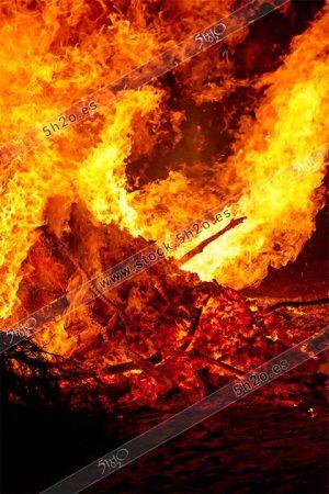 Foto de stock - Fuego y brasas en la hoguera de San Juan