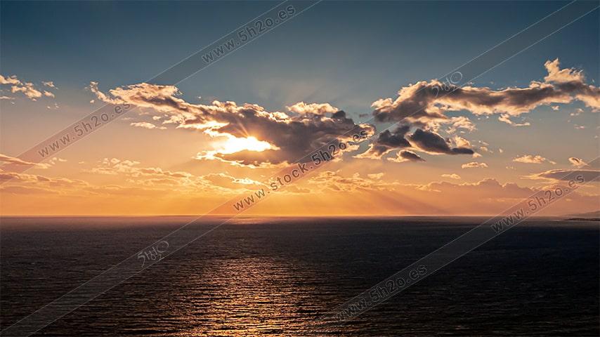 Foto de stock - Photo Stock - Atardecer con paraidolia con las nubes y rayos de sol