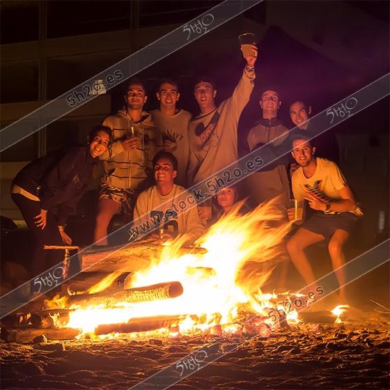 Foto de stock - Photo Stock - Gente celebrando las Hogueras de San Juan