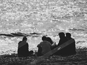 Foto de stock - Photo Stock - Grupo de amigos en la orilla de la playa