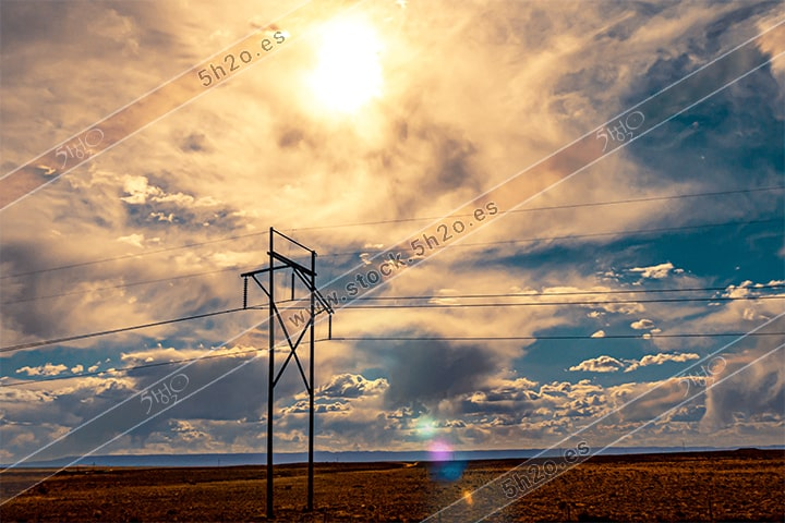Foto de stock - Photo Stock - Reflejo solar en tendido electrico