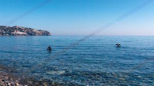 Foto de stock - Photo Stock - Fotografía de stock. Tomada por 5h2o de dos cormoranes secando sus alas extendidas posados sobre dos piedras con la Punta de la Mona al fondo en La Herradura,