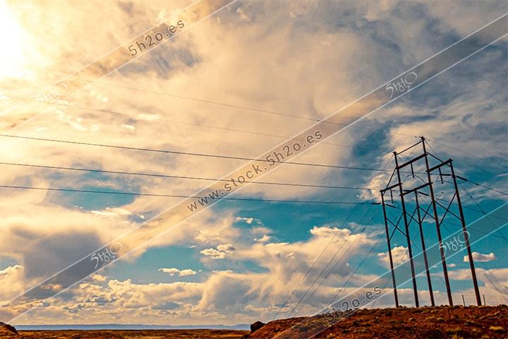 Foto de stock - Photo Stock - Tendido electrico de alta tensión en mitad del campo