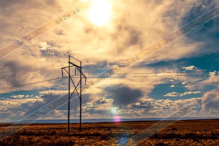 Foto de stock - Photo Stock - Sol electrico sobre tendido de alta tensión