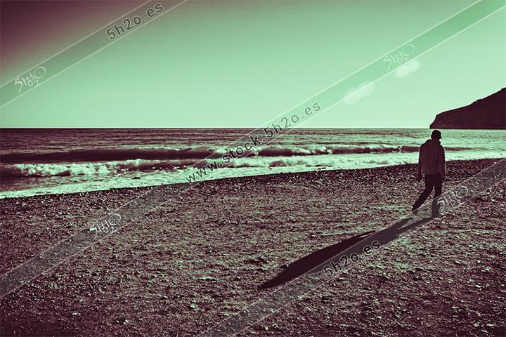 Caminante por la playa en edición creativa