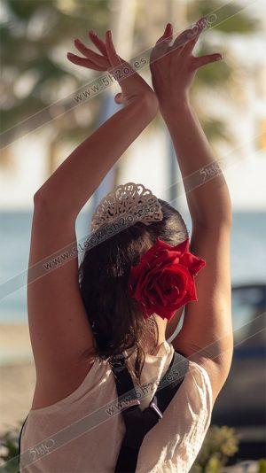 Bailaora flamenca con rosa en el pelo