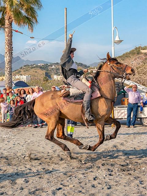 Foto de stock - Photo Stock - Jinete al galope en una carrera de cintas a caballo