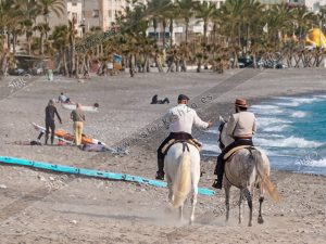 Foto de stock – Photo Stock by 5h2o – Dos jinetes andaluces a caballo por la playa de La Herradura