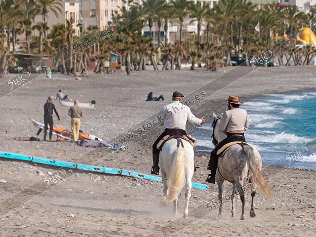Foto de stock – Photo Stock by 5h2o – Dos jinetes andaluces a caballo por la playa de La Herradura