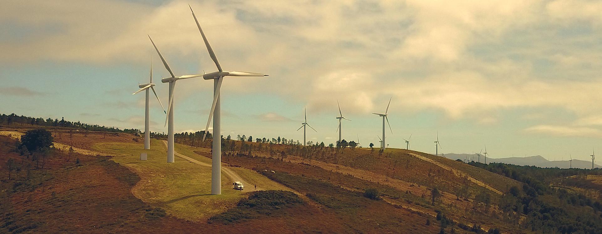 Fotografía de stock desde un dron de 5h2o y PolZakc volando entre molinos de viento