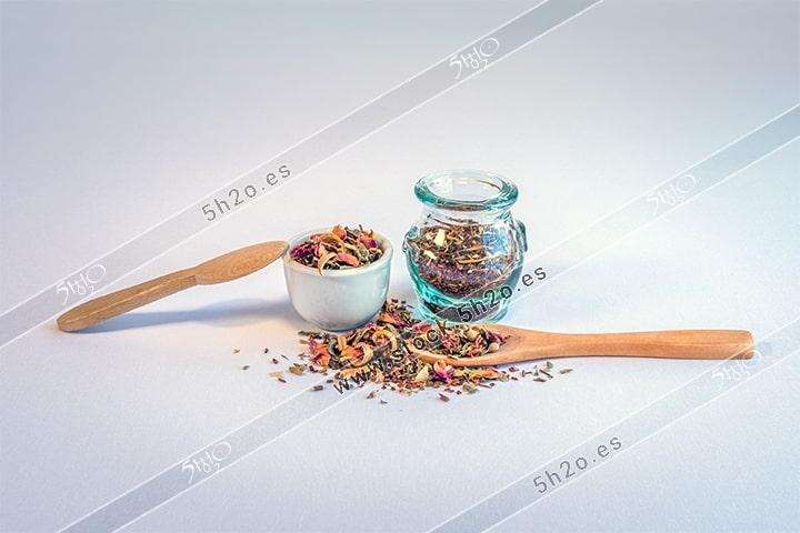 Photo Stock - foto de stock de hierbas para infusiones sobre una mesa