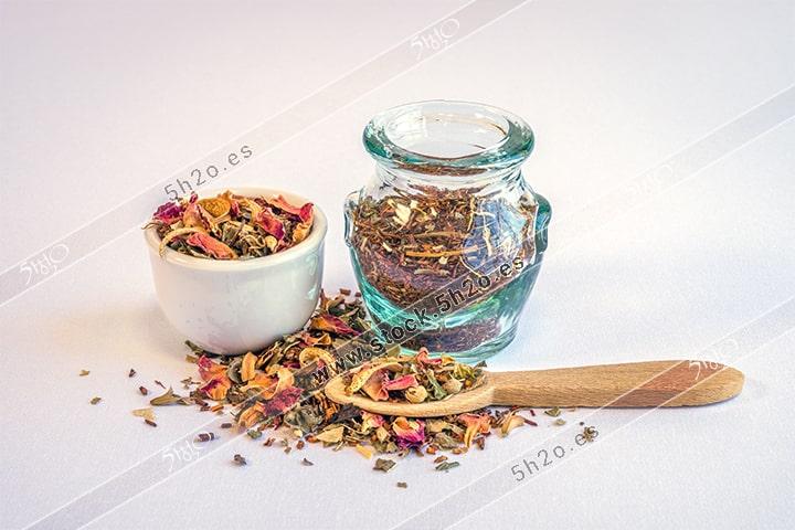 Foto de stock - Photo Stock - hierbas para infusion sobre una mesa