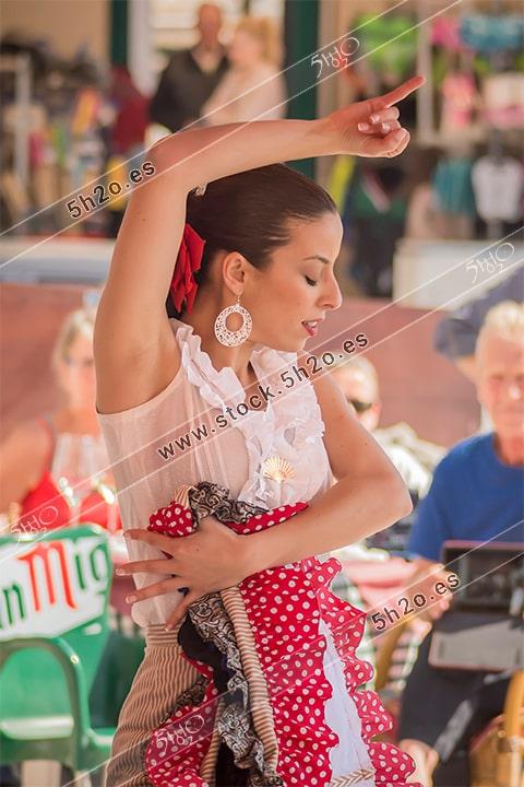 Foto de stock - Photo Stock Bailaora BEATRIZ BRAVO 02.- Reportaje fotográfico de 5h2o. La bailaora Beatriz Bravo Escudero bailando flamenco, medio cuerpo con vestido de lunares, en restaurante Las Maravillas de La Herradura, Almuñécar, Granada, Andalucía, España. Foto 02-15.