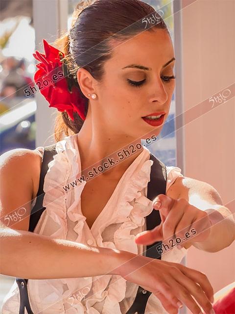 Foto de stock - Photo Stock Bailaora BEATRIZ BRAVO 14.- Reportaje fotográfico de 5h2o. La bailaora Beatriz Bravo Escudero bailando flamenco con gesto de manos, en restaurante Las Maravillas de La Herradura, Almuñécar, Granada, Andalucía, España. Foto 14-15