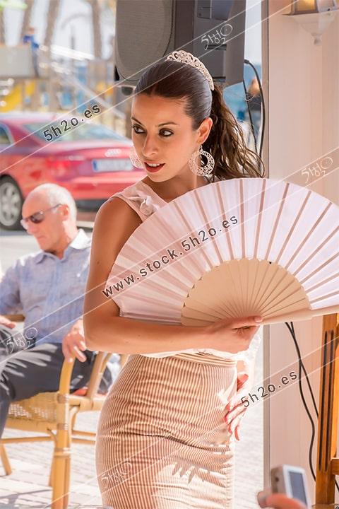 Foto de stock - Photo Stock Bailaora BEATRIZ BRAVO 06.- Reportaje fotográfico de 5h2o. La bailaora Beatriz Bravo Escudero bailando flamenco, medio cuerpo con abanico, en restaurante Las Maravillas de La Herradura, Almuñécar, Granada, Andalucía, España. Foto 06-15.