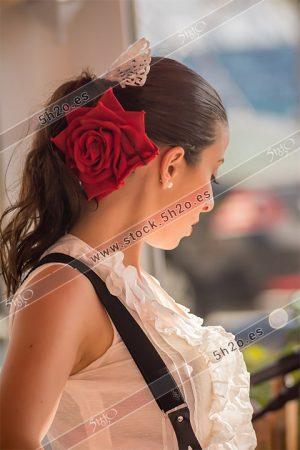 Foto de stock - Photo Stock Bailaora BEATRIZ BRAVO 13.- Reportaje fotográfico de 5h2o. La bailaora Beatriz Bravo Escudero de lado con rosa roja en el pelo, en restaurante Las Maravillas de La Herradura, Almuñécar, Granada, Andalucía, España. Foto 13-15.