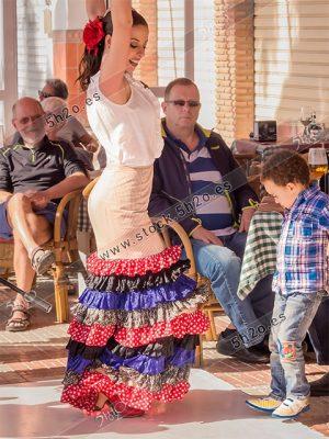 Foto de stock - Photo Stock Bailaora BEATRIZ BRAVO 12.- Reportaje fotográfico de 5h2o. La bailaora Beatriz Bravo Escudero bailando flamenco, bailando con un niño expontaneo en restaurante Las Maravillas de La Herradura, Almuñécar, Granada, Andalucía, España. Foto 12-15.