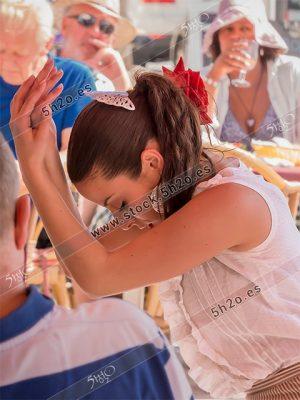 Foto de stock - Photo Stock Bailaora BEATRIZ BRAVO 03.- Reportaje fotográfico de 5h2o. La bailaora Beatriz Bravo Escudero bailando flamenco, agachada con manos cruzadas, en restaurante Las Maravillas de La Herradura, Almuñécar, Granada, Andalucía, España. Foto 03-15.