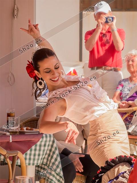 Foto de stock - Photo Stock Bailaora BEATRIZ BRAVO 08.- Reportaje fotográfico de 5h2o. La bailaora Beatriz Bravo Escudero bailando flamenco, medio cuerpo y sonriendo, en restaurante Las Maravillas de La Herradura, Almuñécar, Granada, Andalucía, España. Foto 08-15.