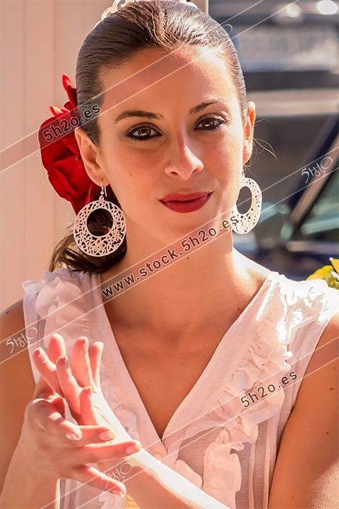 Foto de stock - Photo Stock Bailaora BEATRIZ BRAVO 10.- Reportaje fotográfico de 5h2o. La bailaora Beatriz Bravo Escudero mirando de frente y dando palmas, en restaurante Las Maravillas de La Herradura, Almuñécar, Granada, Andalucía, España. Foto 10-15.